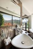 Binnenlandse, comfortabele badkamers royalty-vrije stock afbeelding
