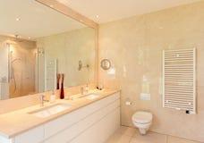 Binnenlandse, comfortabele marmeren badkamers Royalty-vrije Stock Foto's