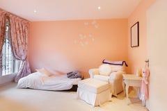 Binnenlandse, comfortabele slaapkamer stock afbeelding