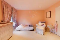 Binnenlandse, comfortabele slaapkamer Royalty-vrije Stock Afbeeldingen