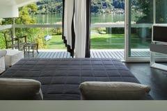 Binnenlandse, comfortabele slaapkamer Royalty-vrije Stock Foto's