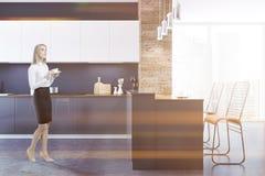Binnenlandse dichte gestemd omhooggaand van de zolder zwarte keuken Stock Fotografie