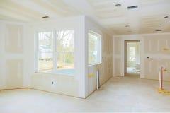 Binnenlandse die bouw van woonwijk met drywall zonder toegepast schilderen wordt geïnstalleerd en wordt hersteld royalty-vrije stock fotografie