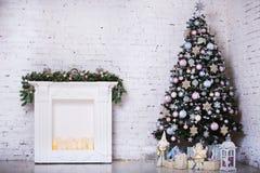 Binnenlandse die ruimte in Kerstmisstijl wordt verfraaid Geen mensen Huiscomfort van modern huis Kerstmisboom en open haard royalty-vrije stock afbeeldingen