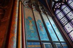 Binnenlandse Geschilderde Muurcomités met Gebrandschilderd glasvenster Notre Dame Cathedral stock fotografie