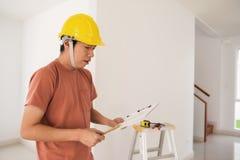 Binnenlandse ingenieur met nieuw huisblauwdruk Stock Afbeeldingen