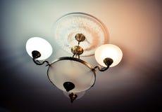 Binnenlandse kroonluchterreeks lichten op het plafond in de woonkamer, conceptenstijl, het huis, het leven Stock Foto