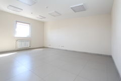 Binnenlandse lege bureau lichte ruimte met wit behang niet gemeubileerd in een nieuw gebouw Royalty-vrije Stock Afbeeldingen