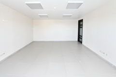 Binnenlandse lege bureau lichte ruimte met wit behang niet gemeubileerd in een nieuw gebouw Stock Foto