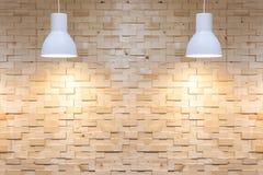 Binnenlandse lege houten muurachtergrond met lampen over royalty-vrije stock afbeeldingen
