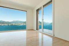 Binnenlandse, lege ruimte met vensters Royalty-vrije Stock Afbeelding