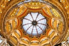 Binnenlandse mening van beroemde Galeries Lafayette met zijn merktribunes Royalty-vrije Stock Foto