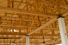 De blootgestelde structuur van het houtdak stock foto afbeelding