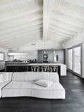 Binnenlandse mening van een moderne woonkamer in de zolderruimte Stock Afbeeldingen