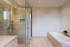 binnenlandse, moderne badkamers royalty-vrije stock afbeelding