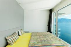 Binnenlandse, moderne flat, slaapkamer Royalty-vrije Stock Afbeeldingen