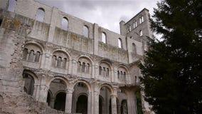 Binnenlandse muur van geruïneerde abdij van Jumieges, Normandië Frankrijk stock footage