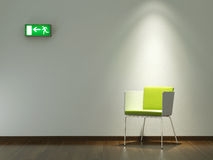 Binnenlandse ontwerp groene stoel op witte muur Stock Foto