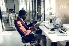 Binnenlandse ontwerper die de kleur voor zijn nieuw project kiezen royalty-vrije stock foto's