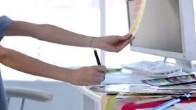 Binnenlandse ontwerper die kleuren kiezen stock videobeelden