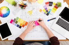Binnenlandse ontwerper die met palet hoogste mening werken Stock Fotografie