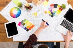 Binnenlandse ontwerper die met palet hoogste mening werken Stock Foto