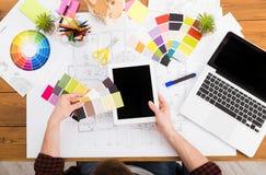 Binnenlandse ontwerper die met palet hoogste mening werken Royalty-vrije Stock Fotografie