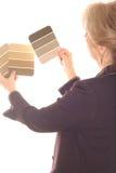 Binnenlandse ontwerpvrouw met bruine verfsteekproeven royalty-vrije stock fotografie