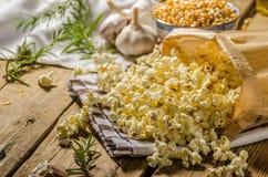 Binnenlandse organische popcorn met kruiden Stock Foto's