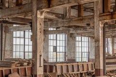 Binnenlandse pakhuisruimte met oude vensters stock afbeelding