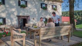 Binnenlandse restauratie in het midden op het platteland op de zonnige dag stock videobeelden