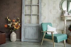 Binnenlandse retro ruimte met een leunstoel, bloemen, deur en spiegel Royalty-vrije Stock Fotografie