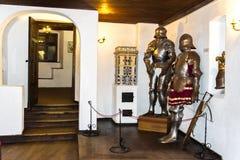 Binnenlandse ruimten van het middeleeuwse Zemelenkasteel in Roemenië Antieke Ridder Armor bij het Kasteel van Dracula stock fotografie