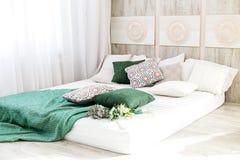 Binnenlandse slaapkamer met een bed Conceptontwerp, vernieuwing, huisvesting, huis stock foto