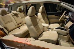 Binnenlandse structuur van sedan, Nissan, 2014 CDMS Stock Foto's