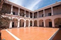 Binnenlandse terras en galerijen van het historische Hoofdstuk van Stadscabildo stock afbeeldingen