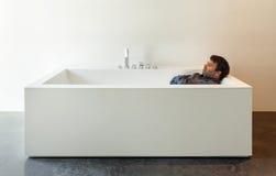Binnenlandse, witte badkuip met de mens Royalty-vrije Stock Afbeeldingen