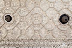 Binnenlandse witte gipspleister op het plafond bij Golestan-paleis, Iran royalty-vrije stock afbeeldingen