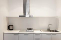 Binnenlandse, witte keuken Stock Afbeelding