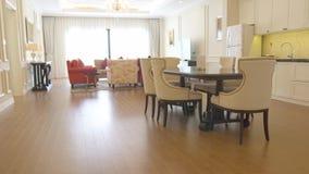 Binnenlandse woonkamer met van het luxemeubilair en huis toestellen in modern comfortabel huis Binnenlandse ontwerpwoonkamer stock videobeelden