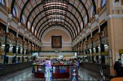 Binnenlandse zaal van de historische Centrale het Postkantoorbouw van Saigon Stock Afbeeldingen