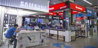 Binnenmening van een centrum van de technologiemarkt voor het winkelen Royalty-vrije Stock Foto