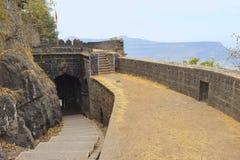 Binnenmening van hoofdingangspoort van fort Ajankyatara, Satara, Maharashtra, India stock fotografie