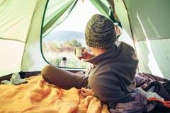 Binnenmening van tent De reiziger kijkt op het panorama van bergheuvels stock fotografie