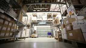 Binnenpakhuis met dozen stock footage