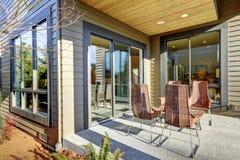 Binnenplaats behandeld terrasontwerp met hoge achter rieten stoelen Stock Foto's