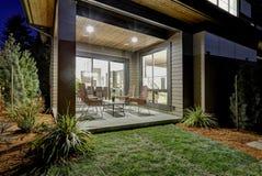 Binnenplaats behandeld terrasontwerp met hoge achter rieten stoelen Stock Afbeelding