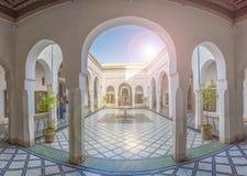 Binnenplaats bij Gr Bahia Palace stock foto