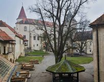 Binnenplaats bij Krivoklat-Kasteel stock afbeeldingen