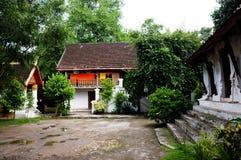 binnenplaats en slaapzalen die tot een boeddhistisch klooster behoren stock afbeeldingen